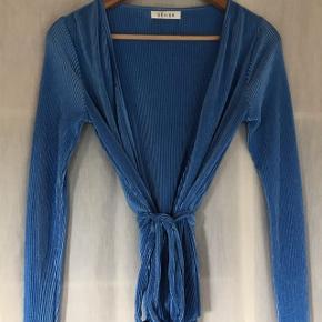 En super flot blå Kort kimono! Den er fra Devier som er Samsøe Samsøe!!   ALDRIG BRUGT BYD BYD BYD!  Størrelsen er xs-s