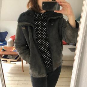 Skøn jakke i faux læder med faux fur på krave og i foret. Dejlig varm og god som vinterjakke. Grå/sort farve. I rigtig god stand uden pletter eller skader.  Der står ikke størrelse i, men svarer en M/L.  Mulighed for afhentning i Aarhus C 🍀   Se også mine andre annoncer 😊