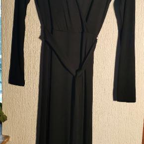 💛 Mega lækker lang kjole 💛 Er så ked af at jeg ska af med denne, eneste grund til salg er simpelthen fordi den er lidt for stor til mit brystparti 🍒🤦🏼♀️ mærket blev kun pillet af fordi jeg troede jeg skulle have den på, men det duede ikke når 🍒 blev blottet. 😂😂