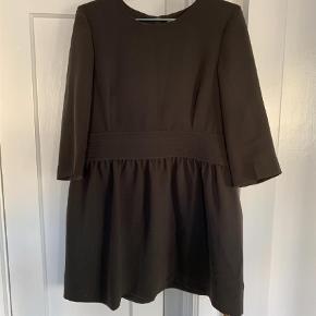 Varetype: Midi Farve: Grå Oprindelig købspris: 1200 kr.  Smuk kjole i mørkegrå farve. Materialet falder tungt og flot, og kjolen er i super god kvalitet. Jeg kan desværre ikke passe den længere - den passer en str. 38/40 bedst.  Bud modtages :)