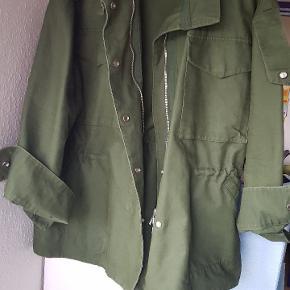 Oversize army grøn jakke. Kan strammes ind  i taljen str medium meget oversize