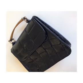 Overvejer at sælge denne fine vintage Mulberry croc embossed håndtaske. Cross body strop medfølger, hvis dette ønskes. OBS: den lille strop i læder med selve mønten er aftaget og medfølger IKKE.  Mål: 20 x 16 cm. Købt her på trendsales for 1.200 kr  - vil gerne så tæt på denne pris som muligt. Handler gerne via mobilepay og Dao.   Mp: Se prisen + evt. porto og gebyrer  Tag også gerne et kig på mine mande andre annoncer. Giver gerne lidt mængderabat ved køb af flere ting.