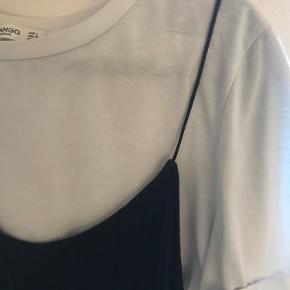 Kjole fra mango med T-shirt under - syet sammen. Virkelig god til sommer og godt vejr