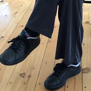 Sorte Nike sneakers i str 38,5 (24,5 cm). Aldrig brugt.