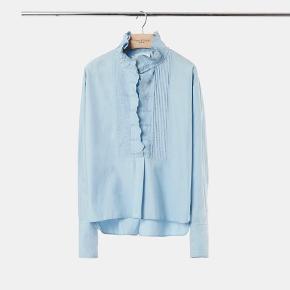 Isabel Marant etoile Mora skjorte i light blue, det er en str.38 (jeg var selv en 38, da jeg købte den).  Modellen har en str.38 på.  Materiale: 100% bomuld Nypris: 2150  Respekter venligst at jeg ikke bytter og køber betaler porto samt gebyr ved tspay.