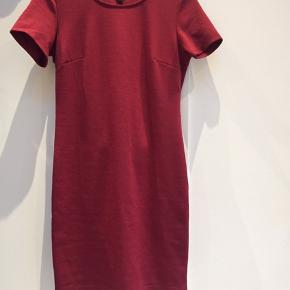 Tætsiddende, rød kjole fra Jennyfer. Str. M, men fitter også en S