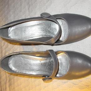 Fine heels i gråt kunstskind, brugt få gange. Hælhøjde 9 cm, indvendig længde ca. 25 cm. Jeg er en normal str. 40 og passer dem fint.  JEG BETALER FORSENDELSEN!  Fine heels med rem Farve: Grå