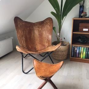 Meget flot og unik håndlavet læder flagermus stol, har flot patina. Stel i metal er slidt, kan males. Taburet i samme læder medfølger, stel i træ.   Seriøse bud er velkomne ☺️🙌🏼
