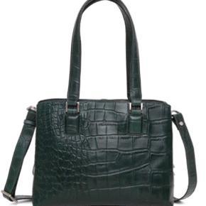 Sælger denne fine Adax taske, som blot er brugt få gange. Skulderrem og tag følger med.  Nypris 1800kr. Tasken kan stadig købes i butikkerne.   L:28 H:21 D:12 Rem: 85-149 cm