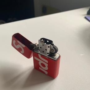 Sælger denne zippo lighter fra Supreme. Købt på siden i 2018 sommer kollektion.