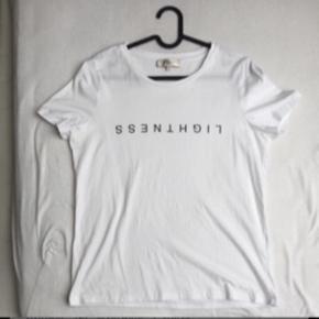 Hvid t-shirt med skrift. Brugt en enkelt gang. Str S. Afhentes i Aarhus.