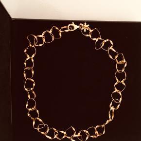 Smuk halskæde.  Forgyldt sølv Uden ridser Brugt få gange. Har ligget i æsken og skal sælges videre  Købspris 1075kr Sælges for 280kr