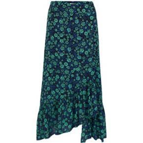 Skøn nederdel fra Baum und Pferdgarten med print af blå og mintgrønne blomster. En fin nederdel med fastsyet taljestykke, dog med elastik bagpå, for en god pasform. Nederdelen har et asymetrisk snit og en feminin flæsekant forneden.   Der mangler en knap (intet der ikke kan ordnes), sender gerne flere billeder. Ellers er standen så fin!