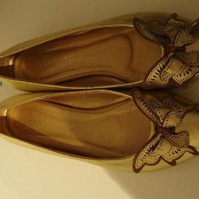 Varetype: Fine ballerinaer Farve: Guld Oprindelig købspris: 700 kr.  fine ballerinaer fra Stylesnob med sommerfugl. Min datter havde dem på til sin konfirmation, og ellers er de ikke blevet brugt! :O/ Der er lidt ridser på snuden og et mærke under hælen. De måler 25cm indvendigt.  Jeg bytter ikke.. :O)