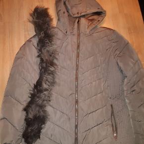 God vinterjakke, med pelskrave. Str 44-46. Remmen er desværre blevet væk, men ellers en rigtig fin jakke, der går ned over numsen.