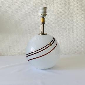 Colour Line bordlampe. Kugleformet bordlampe blæst i svagtfarvet opaline glas, med indlagte aubergine og opalhvide spiraler, og overfang af klart krystalglas. Designet af Torben Jørgensen for Holmegaard Glasværk. Højde med fatning: 32 cm