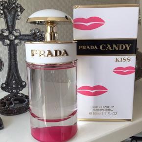 50 ml edp. Åbnet og duftet til 💋  Prada Candy Kiss Women EDP er en uskyldig og imødekommende duft, der er en blød version af den genkendelige Candy signatur duft. Duften er fløjsblød og indeholder noter af hvid moskus, som er nænsomt indpakket i appelsinblomst og fin, rendyrket vanilje. Det er en vanedannende orientalsk blomsterduft - den er flirtende, feminin og forførende. Som effekten af tusind Prada kys på én gang.
