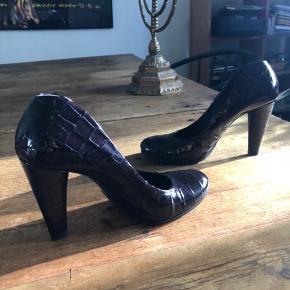 Mærke SHY Italiensk sko Farve er dyb aubergine lak sko, smuk og stilren med god støtte Hæl indvendig 8 cm udvendig 10 cm