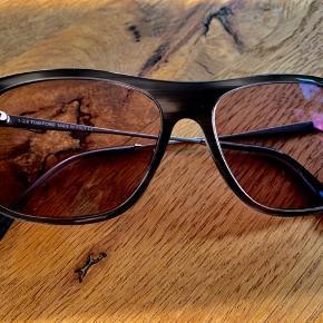 Modellen heder TF588, og er med styrke (minus 2).  Det er muligt at udskifte glassene med almindelige. De har været brugt som kørebriller, og er passet rigtig godt på. Har altid været opbevaret i deres etui, som selvfølgelig medfølger. Solbrillerne er købt i Profil Optik i Kerteminde for ca.  et år siden. De kan sendes med DAO, eller afhentes i  Kgs. Lyngby.