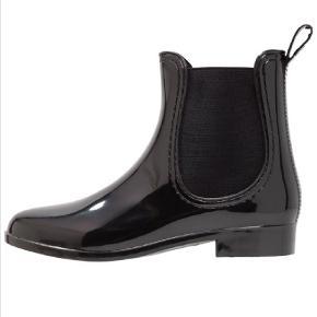 Fede gummistøvler, af mærket Amy Moda. Brugt ganske få gange. Fin stand, dog har øverste lag i sålen rykket sig i begge støvler. Ikke noget der mærkes eller har  betydning. Se billeder.  (Købt af sælger herinde) Tager ikke billede af tøjet på 🌺