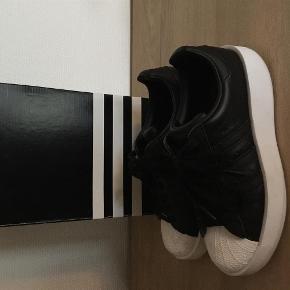 Varetype: Adidas sneakers Farve: Sort Oprindelig købspris: 899 kr.  Normale i str  Bytter ikke Brugt x 2 Handler gerne via mobile pay
