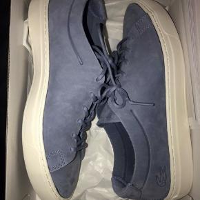 Spritnye Lacoste sko, æske medfølger.  Np 1200 kr.