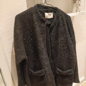 En rigtig lækker overgangsjakke fra Envii i sort/grå. Der er lommer i begge sider og kan lynes. Kun brugt én sæson.