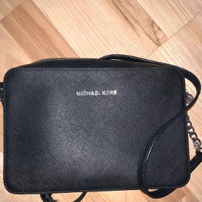 Den eneste fejl ved denne taske, er som man kan se på billedet ved kæden. Ellers er den super fin og stort set ikke brugt