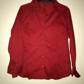 5f00cfe9e07 Rød faconsyet skjorte fra H&M Str. 44