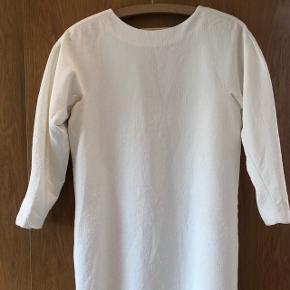 Fin hvid knælang festkjole - skulderpuder- dyb V i ryg- Cocoon shape- forret - crepe kvalitet ( krøller ikke og skal blot hænges til tørre efter vask)