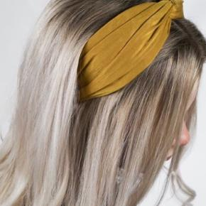 Everneed Kamma Headband - Deep Turquoise er en virkelig lækker og bred hårbøjle. Selve hårbøjlen er meget blød i materialet, så den er yderst behagelig at have på, og man mærker den stort set ikke. Stoffet er i satin, som føles silkeblødt, og som giver hårbøjlen et blankt look. Med denne hårbøjle får man mange forskellige stylingmuligheder, og samtidig holder den håret væk fra ansigtet. Everneed Kamma Headband giver et twist til en almindelig opsætning, og det er kun fantasien der sætter grænser.  Detaljer: Mål: 12,5 cm i diameter Mål: 6 cm i bredden