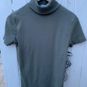 2 fine rib t-shirts med krave. Dust oliven grøn og beige. Brugt kort.  35 kr pr styk