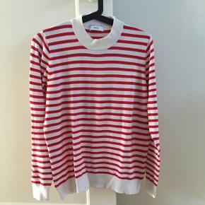 Lækker trøje med høj krave og rød/hvide striber.