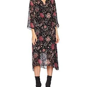 Smuk blomstret kjole fra Second Female designet med rund halsudskæring med feminin flæse kant, samt lille slids på front der lukkes med små knapper. Færdiggjort med 3/4 lange ærmer og smal aftagelig binde bånd. Kjolen er i transparent stof og sort underkjole medfølger.