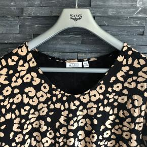 Ny super flot kjole i lækker kvalitet  Bryst 138 cm men kan strækkes  Længde 100 cm  Viscose og elasthan  Aldrig brugt