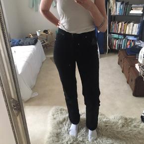 Smukke jeans fra Wrangler. Jeg kan lige præcis være i dem, hvilket gør dem lidt stramme at gå i, og sælges derfor. :) 29/34