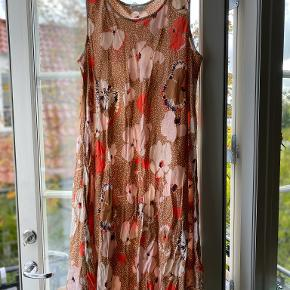 Lang brun kjole med blomster og prikker