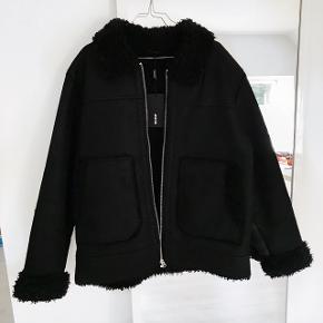 Fed vinter jakke fra Weekday TIL MÆND❗️❗️❗️ Den er aldrig blevet brugt og mærket er stadig i  ❗️OBS. Det en str XL til MÆND❗️  Np: 1000 kr  BYTTER IKKE