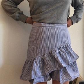 Esprit nederdel med nålestriber - lukkes med lynlås i siden 💙🤍  Str 38 - fitter 38/40
