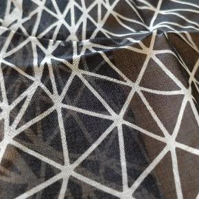 Stort Christopher Kane halstørklæde i sort hvid mønster. Aldrig brugt. Dimensioner: 143 x 210 cm Materiale: 92 % bomuld 8 % Kashmir