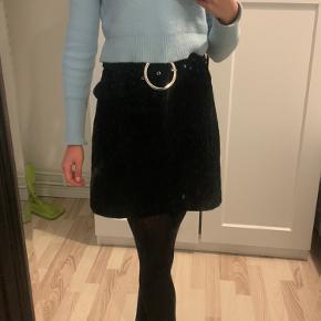 Flot velour nederdel med flot bælte som er en del af nederdelen