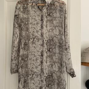 Skjorte / kjole fra second female   Lille åbning i ryggen