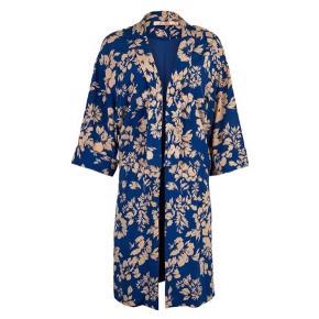 Smuk mønstret kimono kun brugt 2 gange. Når til lige over knæene.