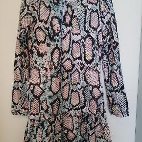 Den flotteste kjole fra molo. Det er med slangeprint i forskellige sarte farver. Brugt få gange så i super stand.