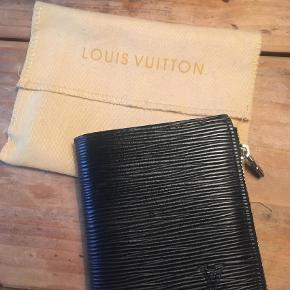 Varetype: Pung Størrelse: 7x12 Farve: Sort  Sælger denne fine 'Louis Vuitton' pung. Købt ubrugt af en privatperson. Så kan ikke personligt stå indenfor ægteheden.
