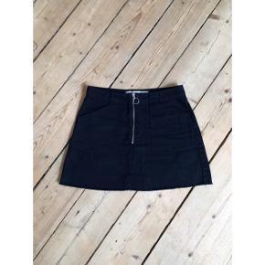 ed50517171f Sort denim nederdel med lommer og lynlås detalje, der desværre er købt en  anelse for