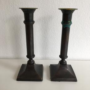 Bronzestager, et par lysestager, patineret bronze. h: 19,5 cm, fod 7,5 cm x 7,5 cm.