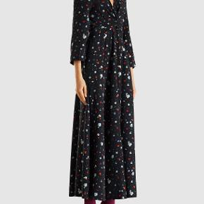 Sælger denne smukke 100 % silke kjole fra ganni.  Model: Nolana silk dress  Længde: 148 centimeter Dyb V-hals  Lange ærme Smukt blomster print  Elastisk taljebånd  100% silke  Nypris 3300 ,- (købt i Ganni Postmodern for 2200 ,-) Aldrig brugt, stadig prismærke på.  Str. 36