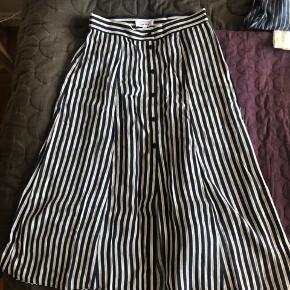 Fin stribet nederdel med knapdetalje foran  BYD