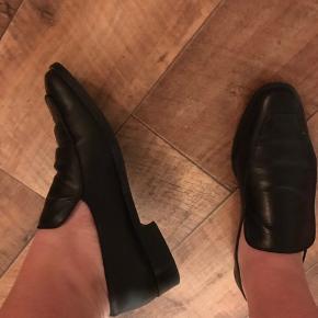 Sorte Filippa K sko, i læder str. 40 Np ca. 2500 kr Eneste brugsmærke er en rids i hælen.